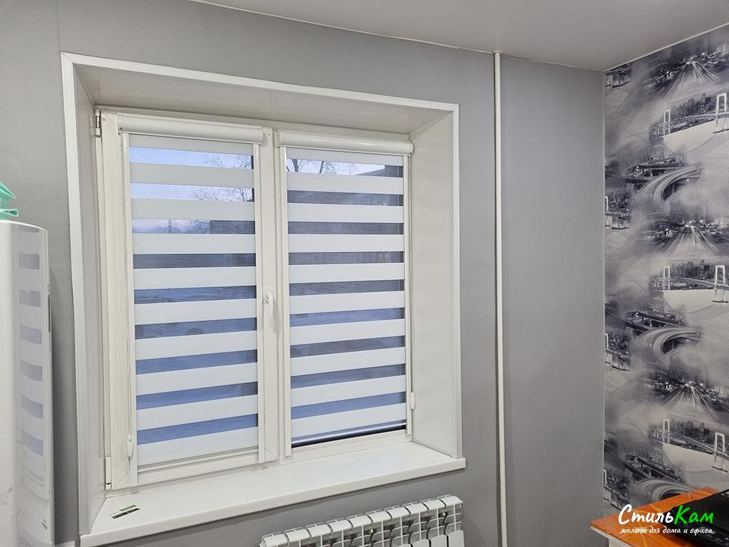 день-ночь на окно с белой тканью
