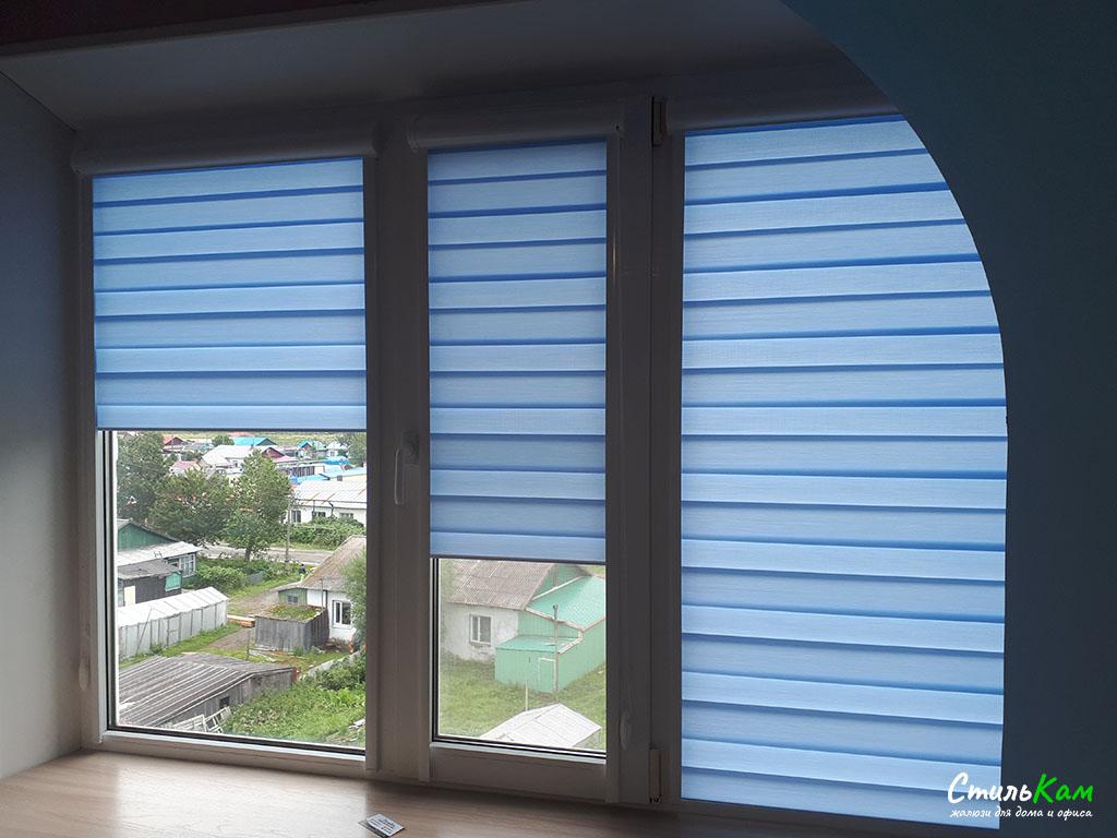 день-ночь на окно с голубой тканью