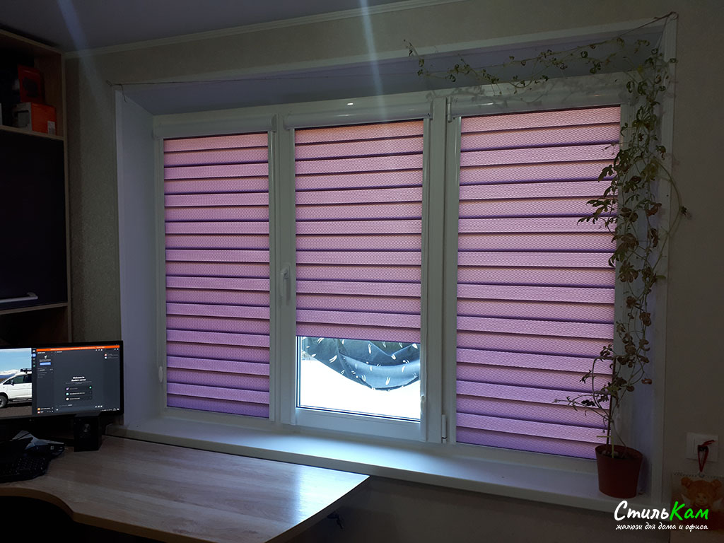 день-ночь на окно с фиолетовой тканью