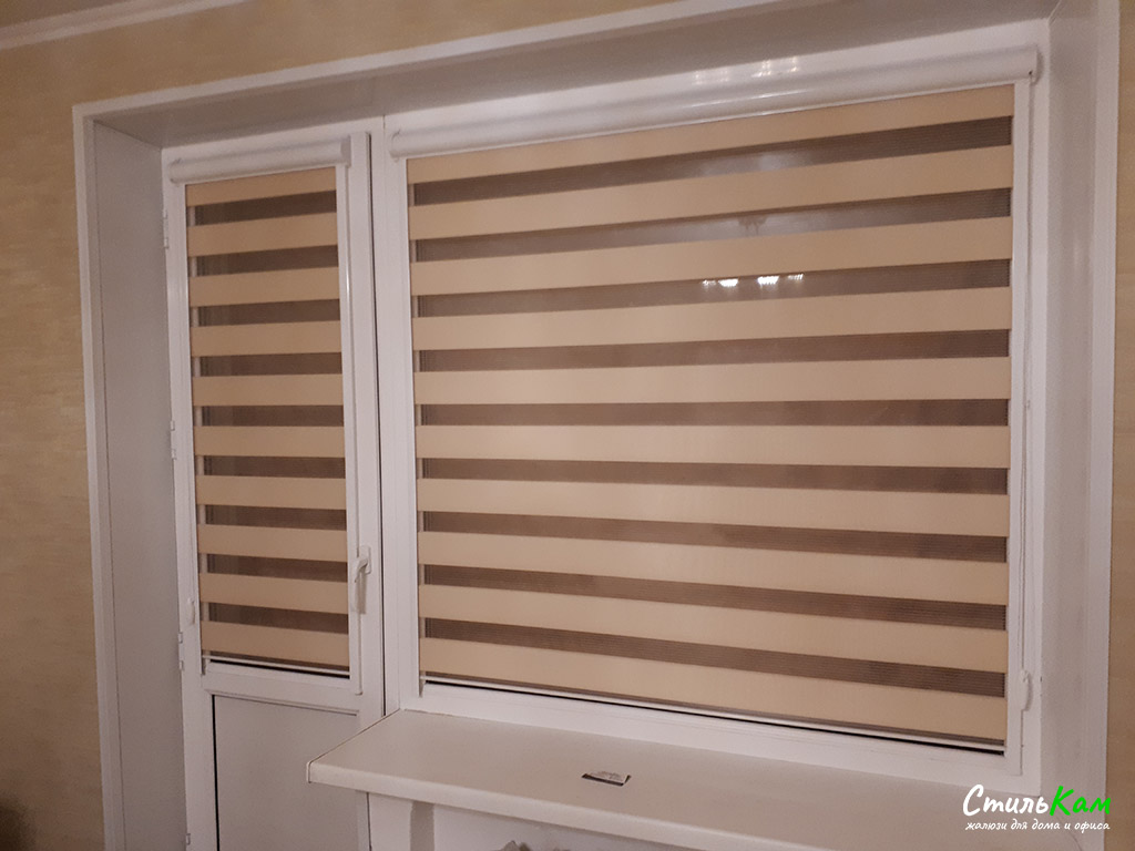 день-ночь на окно с бежевой тканью
