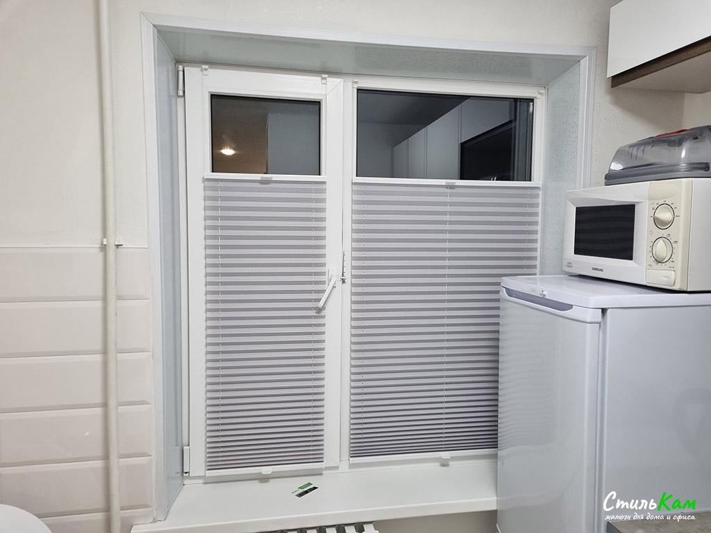 шторы плиссе на окне в кухни