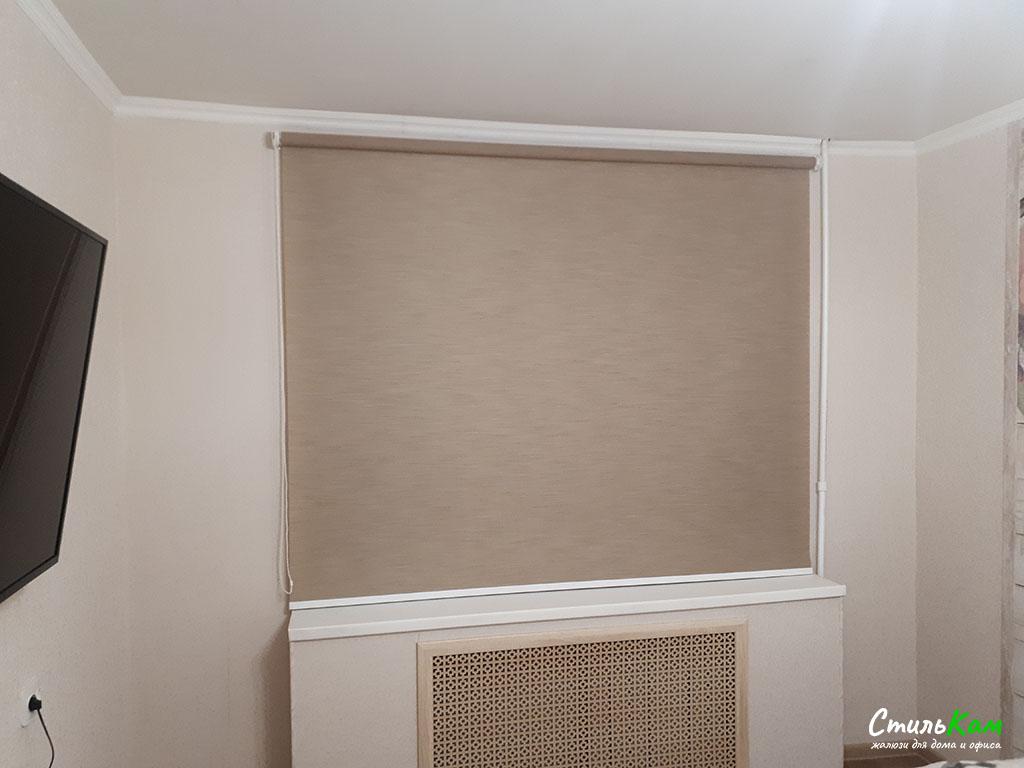 классические рулонные шторы в спальню