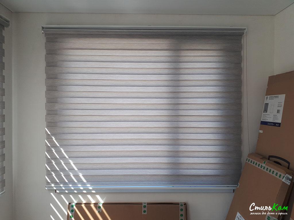 классические шторы день-ночь в доме на окне