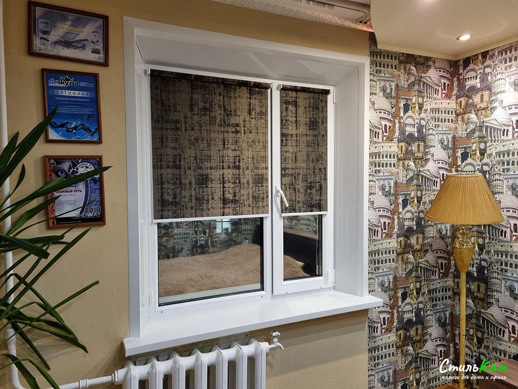 рулонные шторы мини с коричневой тканью на окне в спальне