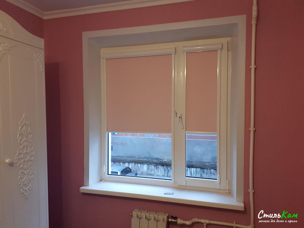 рулонные шторы uni с розовой тканью