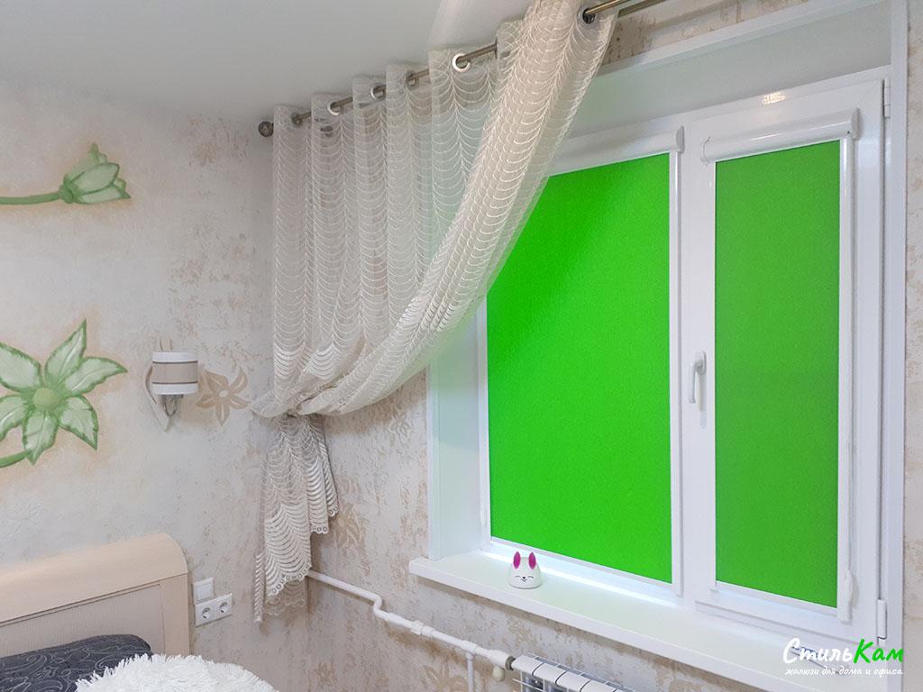 Рулонные шторы uni в спальню в зеленом цвете