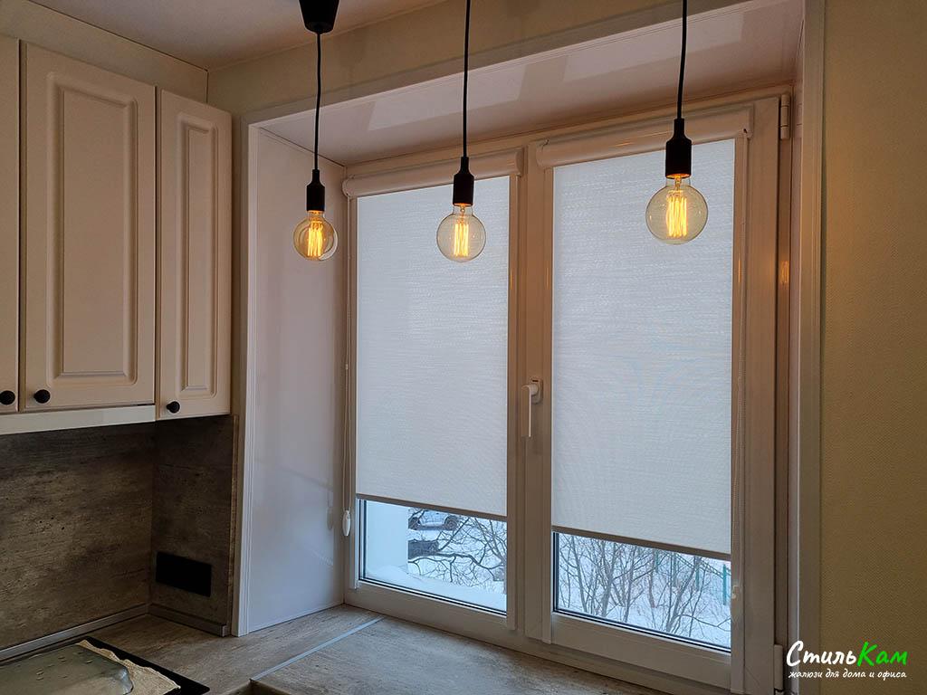 рулонные шторы в коробе с направляющими на кухонное окно