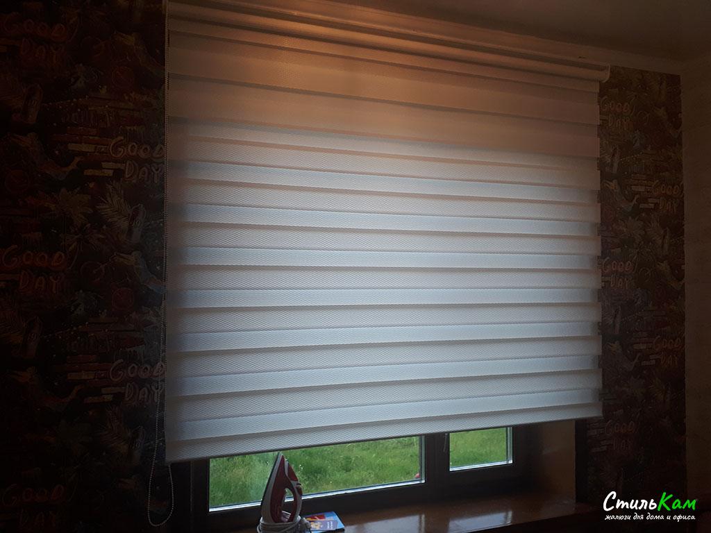 классические рулонные шторы день-ночь на оконный проём