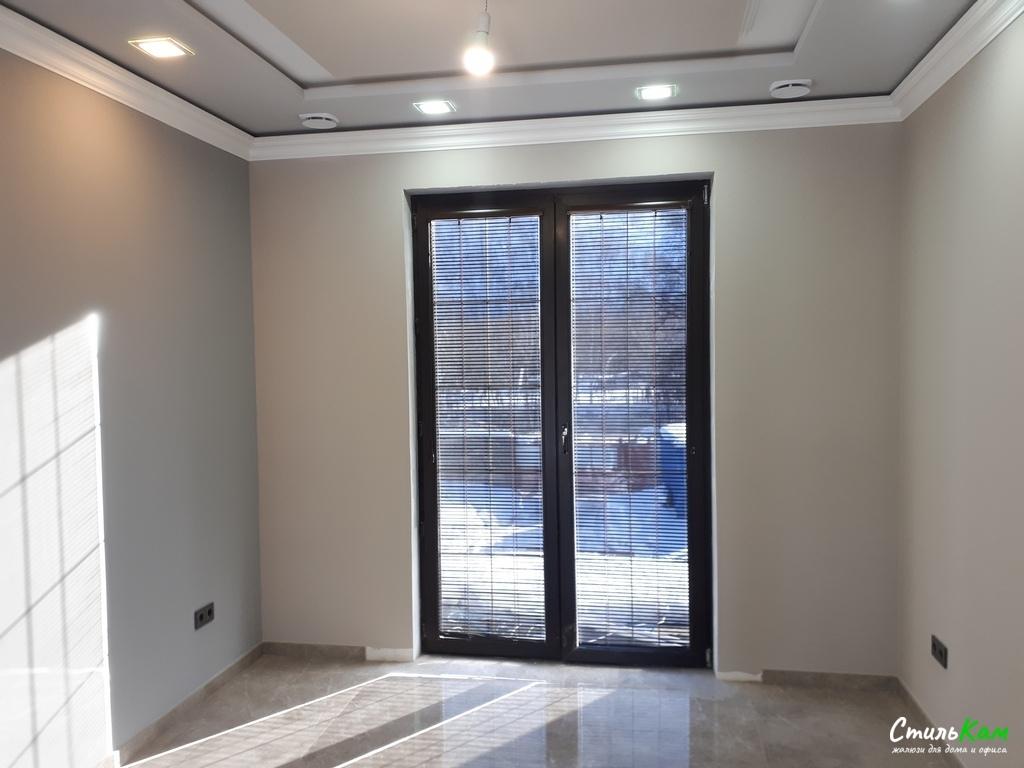 алюминиевые жалюзи с установкой на дверь
